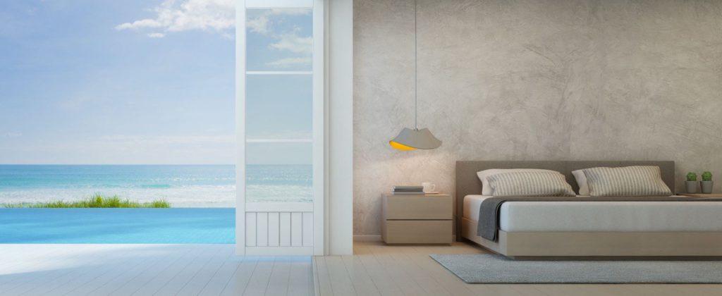 Camera da letto con letto matrimoniale e finestra con vista sul mare