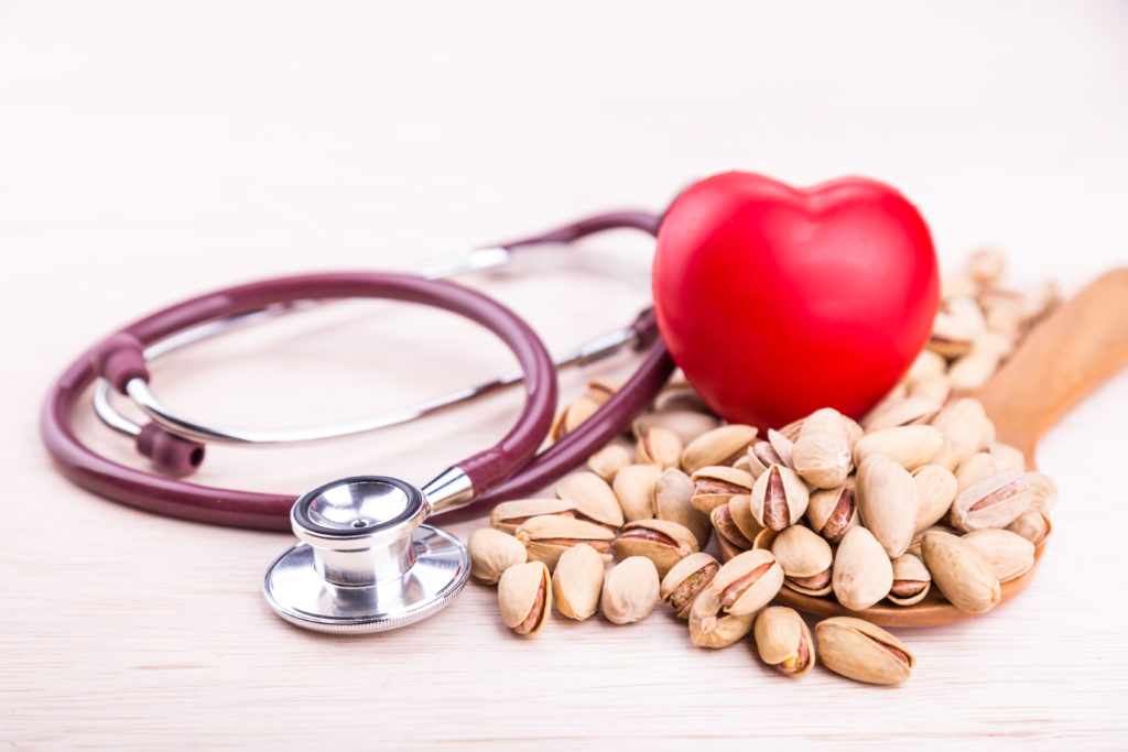 un cuore con un fonendoscopio e dei pistacchi